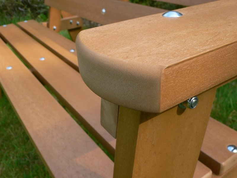 recycled plastic park bench that looks like wood